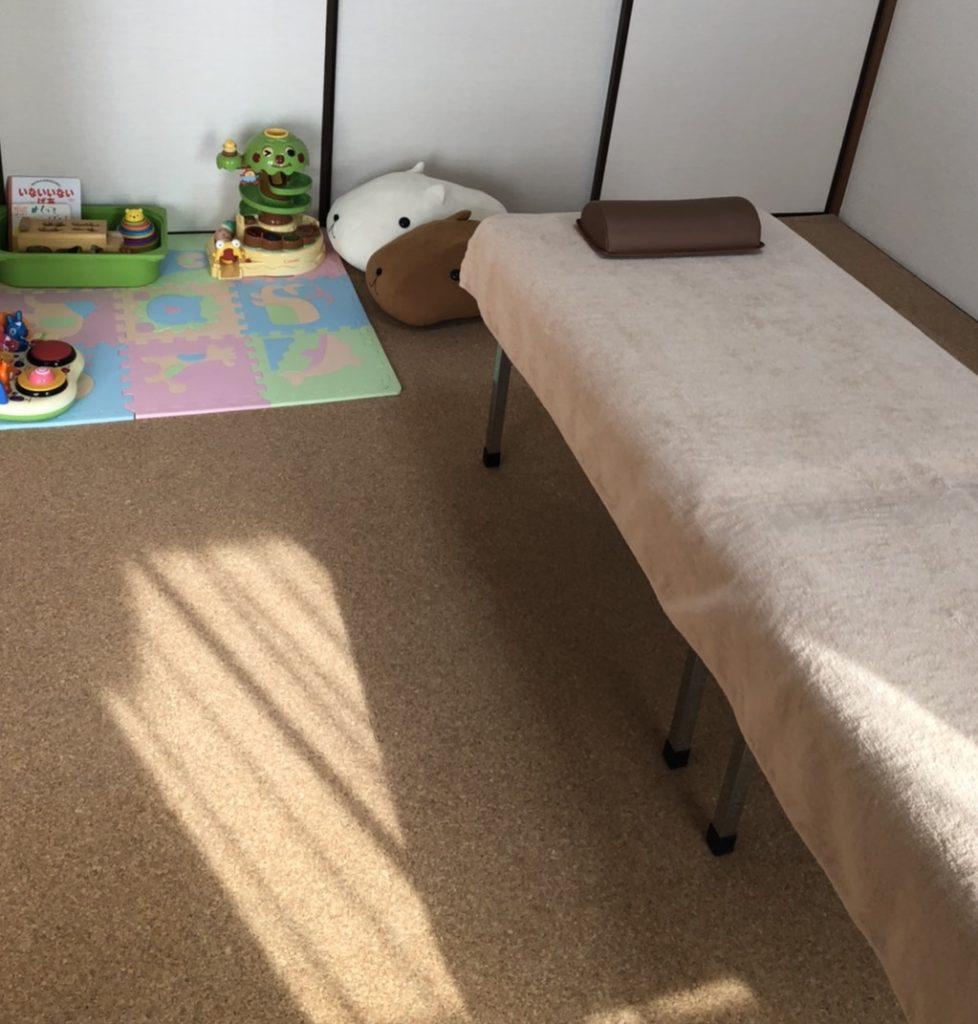 親子コースのベッドはキッズスペース横です